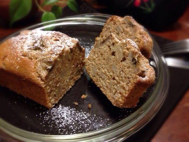 バナナとプーアル茶のケーキ。    作り方 1 プーアル茶を50ccの熱湯に付けておき、濃いお茶を作っておく。 2 オーブンを160度に余熱する。ケーキの型に分量外の油を塗り、軽く小麦粉を振っておく。 3 ボウルにAの材料をふるい入れ、アーモンド粉を加えてよく混ぜ合わせる。 4 ❶のお茶をお茶こしなどでこし、Bの豆乳を加えて合わせて100ccにし、Bのその他の材料を合わせてよく混ぜる。茶葉の方は細かく刻む。 5 バナナの半分強は生地に混ぜ込む用に小さめのさい切りにし、残りはトッピング用に輪切りにする。 6 ❸の粉類に❹の液を3回くらいに分けて混ぜ込む。だいたい混ざったら茶葉とバナナも合わせ混ぜる。 7 ❻の生地を型に流し入れ、上にトッピング用のバナナを押し入れ、余熱したオーブンで40分〜50分焼く。最後に竹串など刺してみて、よく焼けているか確認して出来上がり。