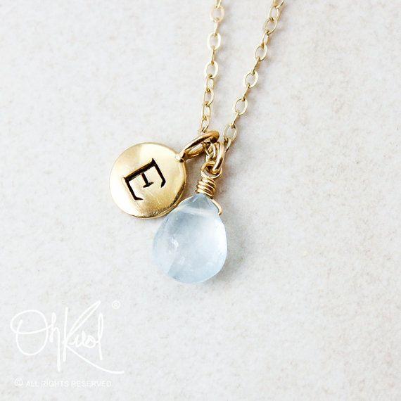 Ecco un elenco per una semplice e bella blu acquamarina pietra preziosa collana di fascino iniziale, disponibile in oro o argento. Ogni ciondolo è