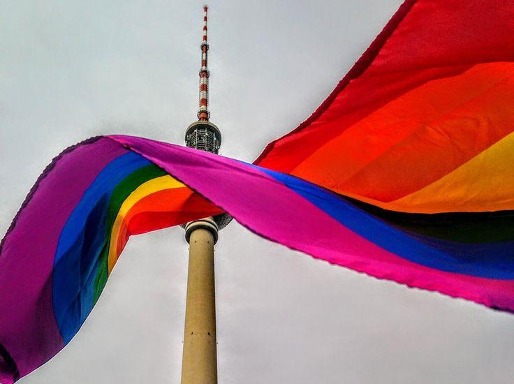 Fernsehturm Berlin hinter Regenbogenfahne