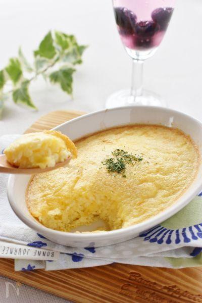 材料は、卵、ジャガイモおろし、ピザチーズで出来る、簡単スフレ卵です!材料を混ぜて、トースターで焼くだけ!朝食のおかず、おつまみにも!