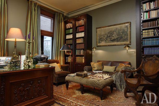 Библиотечный стол был найден в антикварном магазине в Петербурге. Кресло, обитое…