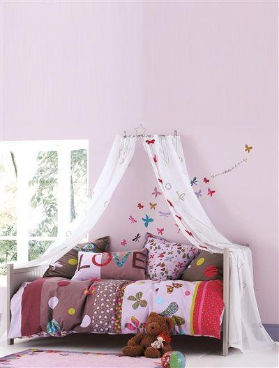 Wunderschöne Bettwäsche, Vorhänge und Sticker mit Schmetterlingsmotiven von Vertbaudet setzen tolle Akzente im Mädchenzimmer.