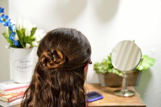 Paso a paso para hacer una flor de trenza, es un peinado muy sencillo en cuestión de minutos lucirás hermosa, solo necesitas hacer media cola, una trenza de 3 gajos, enrollar y listo. Tips Belleza, Bobby Pins, Hair Accessories, Cookies, How To Do Cornrows, Hairstyle Tutorials, Hairstyles Videos, Face, Crack Crackers