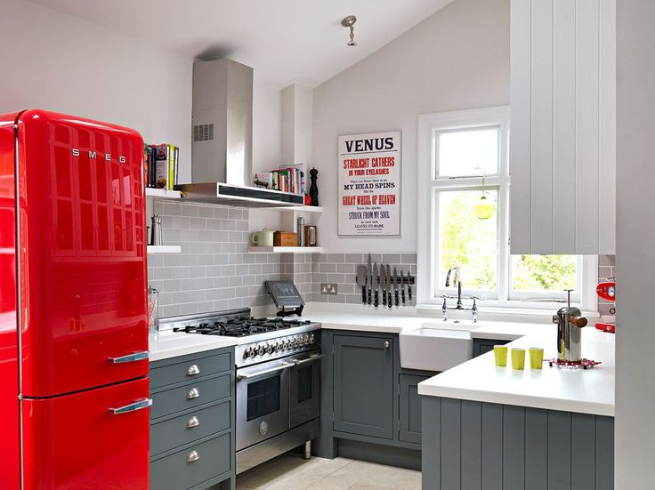 Серая кухня в интерьере: 75+ избранных классических и современных дизайнерских решений http://happymodern.ru/seraya-kuxnya-v-interere-foto/ Серый кухонный фартук с имитацией кирпичной кладки, серый гарнитур с белой столешницей, металлический блеск бытовой техники – простой и функциональный дизайн, подчеркивающий яркие всплески. Красный ретро-холодильник – уникальный предмет в кухонном интерьере