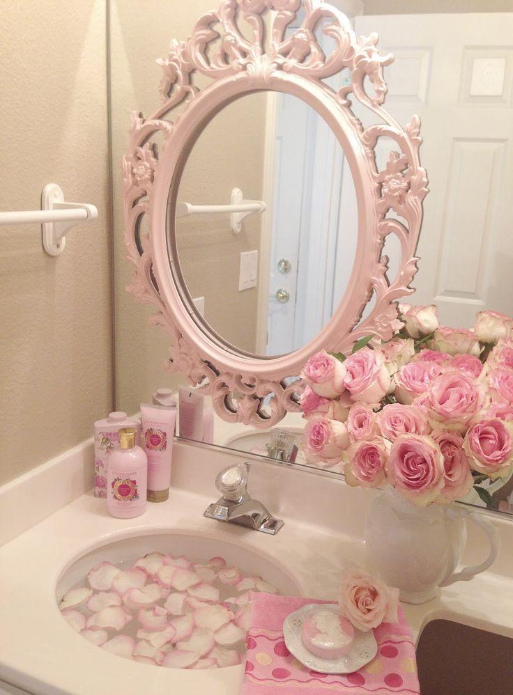 Una gallery di foto bellissime per decorare il bagno con i fiori in stile Shabby.