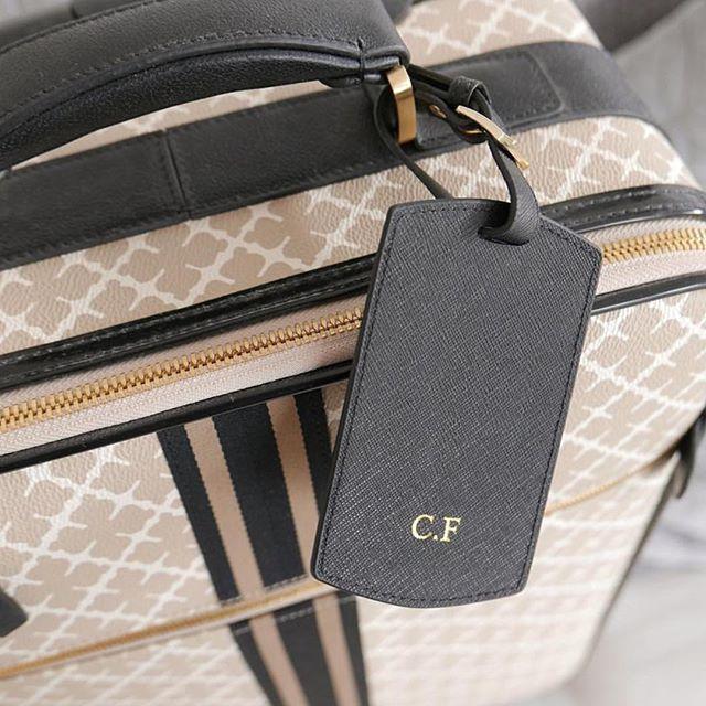 @lifestylebyl shows us her black travel tag on her way ✈️ Get yours at www.deriwe.com 🌴🌾 #deriwe