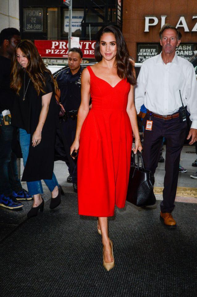 Harry Und Meghan Diese Party Details Sollten Geheim Bleiben Meghan Markle Stil Modestil Rot Anziehen
