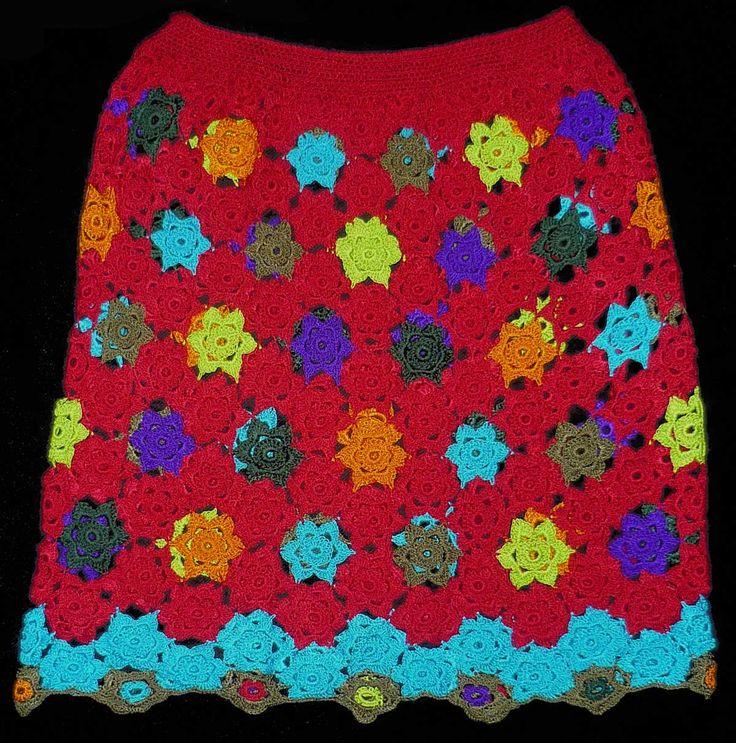 Falda tejida a crochet en hilos de colores rojo oscuro, turquesa, anaranjado, morado, verde manzana, verde oscuro y gris, talla M