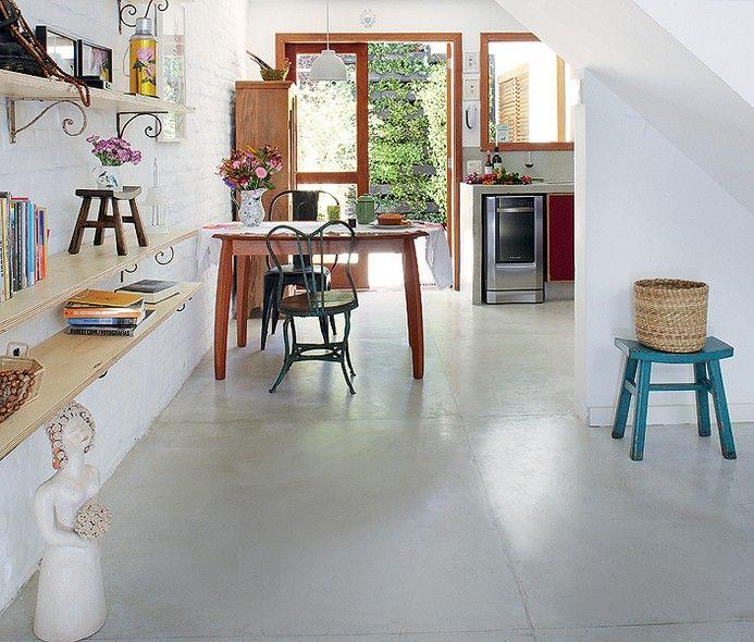 Quem entra na casa vê sala e cozinha unidas pelo cimento queimado. O piso foi escolhido depois que os ambientes foram integrados. Projeto dos arquitetos Daniela Ruiz e Carlos Verna