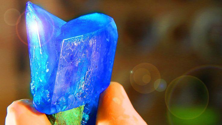 Responda rápido: tá a fim de aprender a fazer um cristal superbonito e bem fácil, usando apenas água e sulfato de cobre?