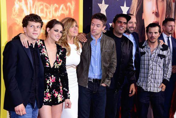 Кристен Стюарт и Джесси Айзенберг представили в Лос-Анджелесе комедийный боевик «Ультраамериканцы». Актрису сопровождал коллега по саге «Сумерки» (Twilight)Тейлор Лотнер (Taylor Lautner). Комедию«Ультраамериканцы» (American Ultra) в Ace Theater в Лос-Анджелесе представили исполнители главных ролей, актеры Джесси Айзенберг (Jesse Eisenberg) и Кристен Стюарт (Kristen Stewart). На премьеру фильма приехали и другие актеры проекта: Джон Легуизамо (John Leguizamo), ...