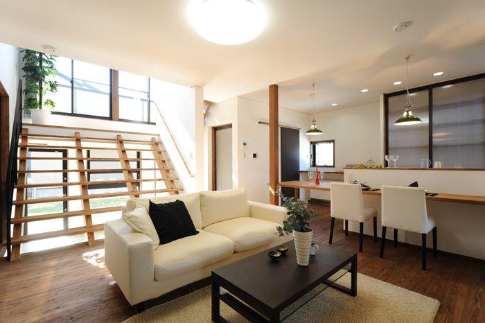 M-T house: 大階段 リビングアクセスの大階段は昔の木造校舎の階段をイメージしました。広くて大きな階段に腰を掛けてテレビを見たり会話をする。家族のコミュニケーションの場でもあります。