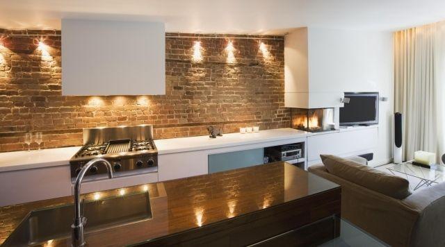 loft-einrichtung küche unverputzte ziegelwand weiße küchenzeile einbauleuchten