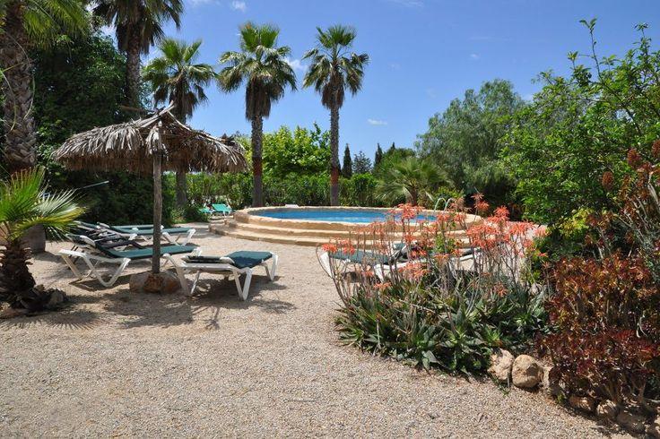 Llucmayor, Södra Mallorca: Privat lantgård med fyra hus och en drömtomt. Fantastiskt härlig gård om cirka 365 kvm med 16.700 kvm mark. Här finns fullt av fruktträd och vackra gröna växter. Totalt finns fyra hus i traditionell stil som alla är unika. Här finns också totalt 250 kvm terrasser och en härlig pool. Stora markområden för att kunna ha hästar om man vill. Parkering för tolv bilar. Denna gård kan bli till en drömprojekt.