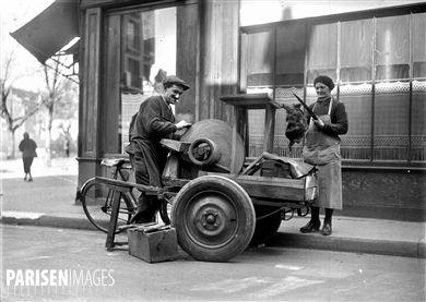 Rémouleur avec sa meule. Paris, 1941.