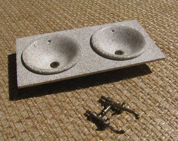 Fregadero en miniatura a escala 1/12. Realizado en piedra artificial imitación granito. Griferia en latón antiguo. medidas aproximadas 9,0 x 4,6 cms.