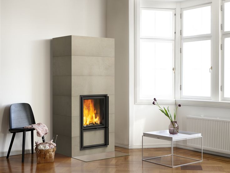 Vaala heat-retaining fireplace with horizontal full-sized tiles. www.tulikivi.fi