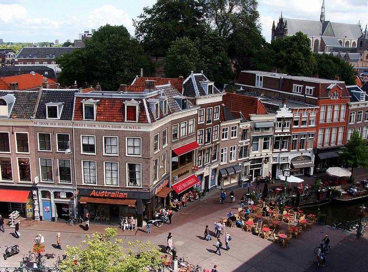 Leiden, Hoogstraat/Nieuwe Rijn, 'De trouw der burgerij heeft hier, 't geen door geweld der vlammen wierdt gesloopt, in bet'ren staat hersteld 1766'