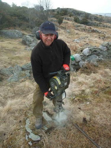 I løpet av våren 2013 er det satt opp en halv kilometer med nytt gjerde på Store Marøy. Gjerdet skal stenge villsauene ute slik at kystlyngheia får komme seg til hektene.    Halvard Josefsen borer kamjernstolper til sauegjerdet på Marøy.