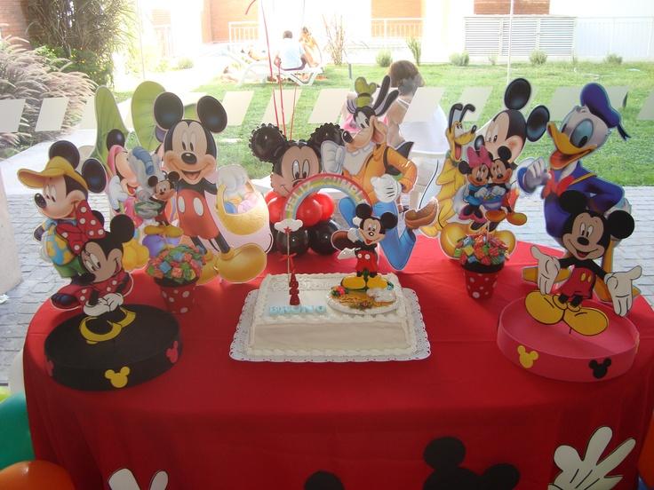 Mesa con torta tematica
