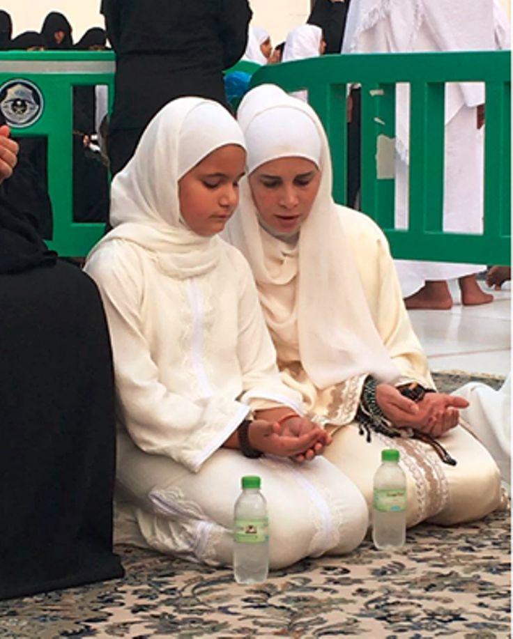 Al Jalila bint Mohammed bin Rashid Al Maktoum con su madre, Haya bint Al Hussein, Umrah, 29/10/2016. Vía: HRH Princess Haya Bint Al Hussein