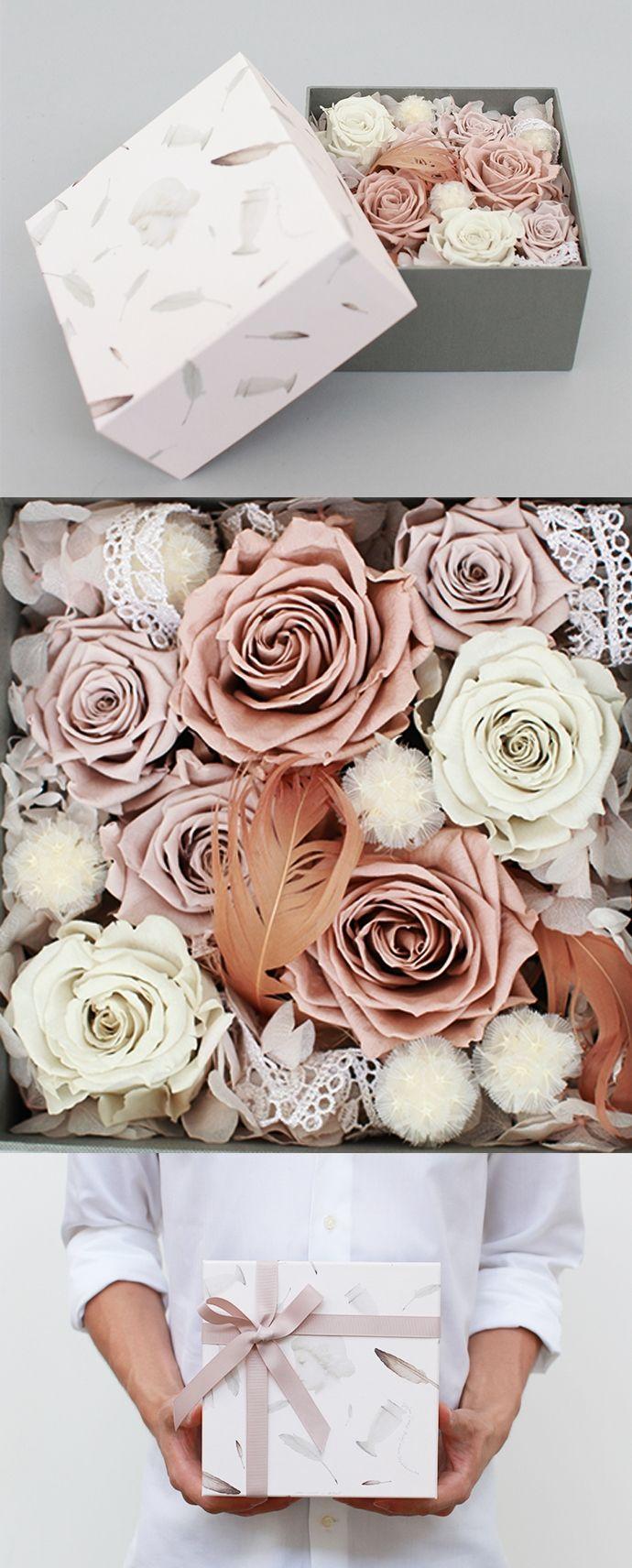 """一封陌生女人的来信(艺术家限量版永生花盒)¥650 永生花,Preserved Fresh Flower,最早在20世纪的德国出现。它是用高科技手段,将鲜花经过脱水、保色、干燥等复杂程序加工而成的干花。永生花的色泽、性状、手感与鲜花无异,它保持了鲜花的特质,却可以更长久地陪伴在身边(保存时间3年以上),是""""永不凋谢""""的鲜花。图片分享自野兽派花店"""