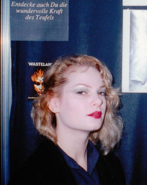 Zeena Lavey Schreck, 1989 Berlin Independence Days. Remarkable resemblance to Taylor Swift.