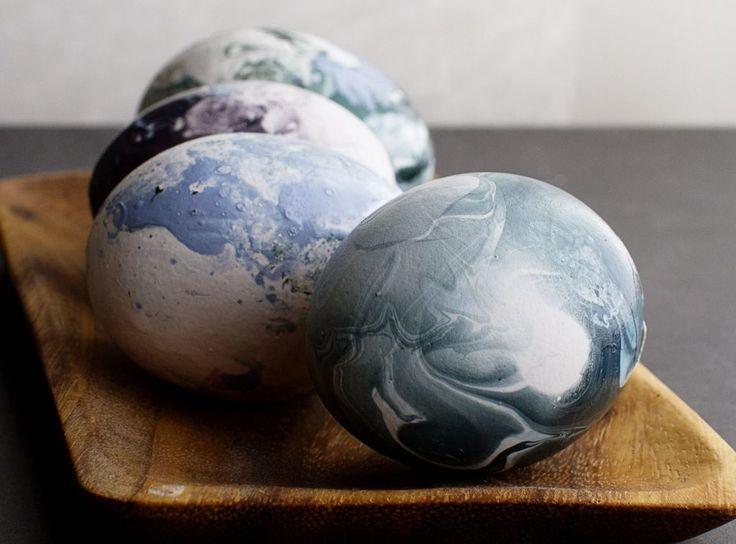 Marmorerte påskeegg på 1-2-3. Slik lager du marmorerte påskeegg med vann og neglelakk. Fargerikt, kreativt og mye enklere enn du tror!