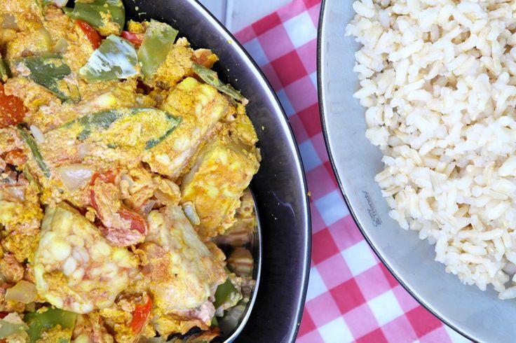Tandooriis een Indiase bereidingswijze voor kip waarbij ontvelde stukken kip eerst gemarineerd worden met een mengsel van yoghurt, cayennepeper, kurkuma,