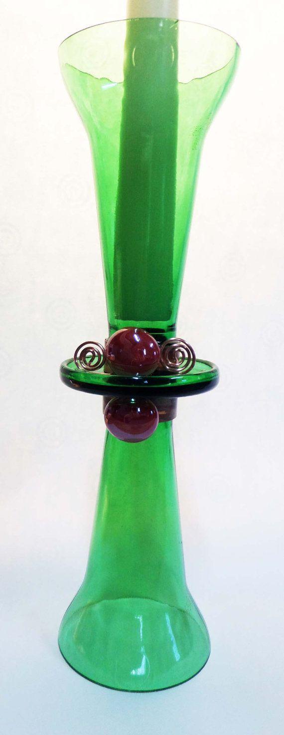 Fabriqués à partir de 2 bouteilles et agrémenté de perles de cuivre et de verre. 2 modèles en un seul morceau quand tourné à lenvers vers le bas, environ 10 pouces de hauteur.    Bougie non inclus.