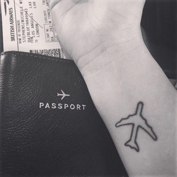 Coole Reise Tattoovorlage als kleines Flugzeug auf dem Unterarm in der Nähe des Handgelenks