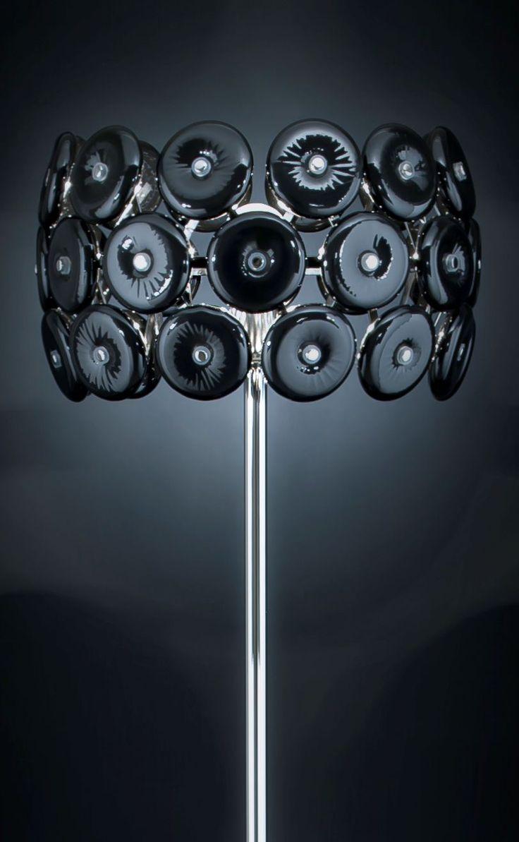 Star Terra altezza 170cm Nero  Lampada da Terra (piantana) con struttura in metallo cromato e 36 dischi decorativi in cristallo Nero. Disponibile nei seguenti colori: trasparente, bianco, nero, rosso ciliegia, lilla, ambra, magenta e foglia doro. La lampada ha unaltezza di 170cm per un diametro di 45cm.