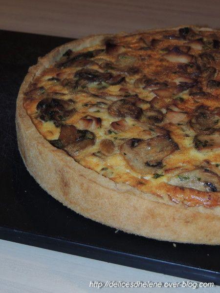 QUICHE CHAMPIGNONS / POULET (Garniture : 500 g de champignons de Paris, 15 g de beurre, 3 oeufs, 30 cl de crème épaisse, 1 petit bouquet de persil plat, 8 tranches de poulet rôti, sel et poivre)