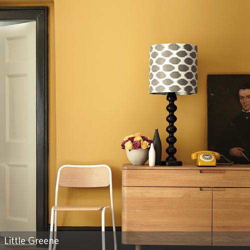 Die senfgelbe Wand (Farbe von Little Greene) verbindet sich zusammen mit den Farben von Stuhl und Sideboard zu einem einheitlichen und doch interessanten Look.…