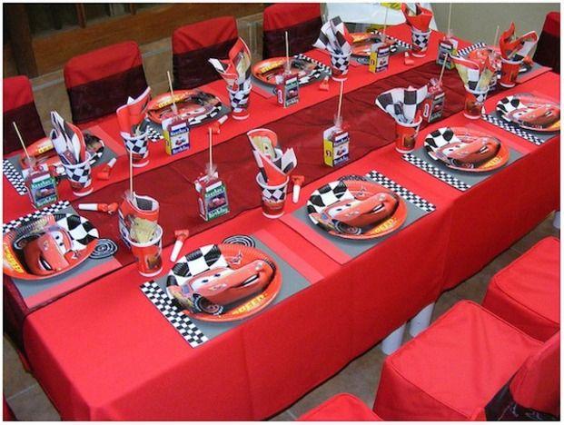 『カーズ』好きな子のバースデーパーティーのテーブルセッティングはこんな感じにしたり。