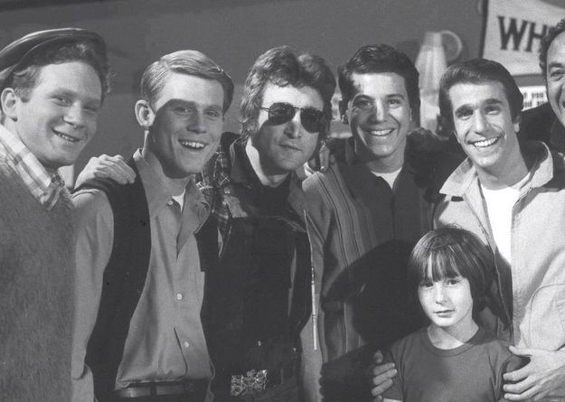 """According to May Pang, John Lennon's former girlfriend who posted the photo on her Facebook, the picture was taken in January 1974 when she, Lennon, and his son Julian, toured Paramount Studios.   Awesome Photo Of John Lennon And The Cast Of """"Happy Days"""""""