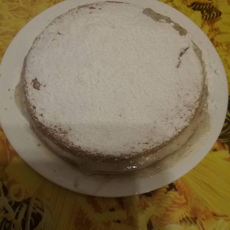 Dolce fatto senza uova e latte, con farina, olio di semi, zucchero, acqua e lievito. Farcito con crema al latte e cannella e ricoperto di zucchero a velo.