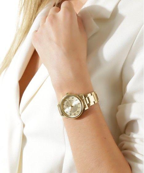 Esse relógio tem pulseira feita em placas metálicas articuladas. A caixa de formato redondo foi desenvolvida em metal. O visor é analógico. O modelo tem resistência de 5 ATM, permitindo nadar enquanto usa a peça. O seu fechamento é feito por fivela de encaixe.   Material: Metal | Pulseira: Metal