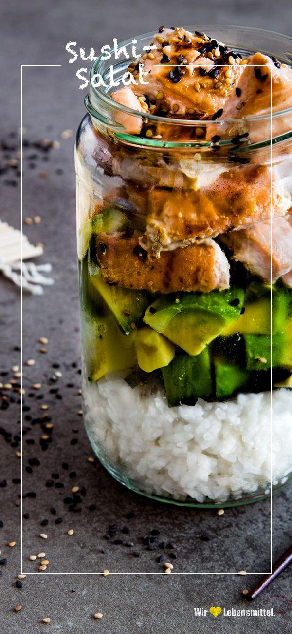 Salat auf asiatische Art: Sushi-Reis, Lachs und Algen sind nur einige der exotischen Zutaten! #sushisalat #sushi #asia #fisch #edeka