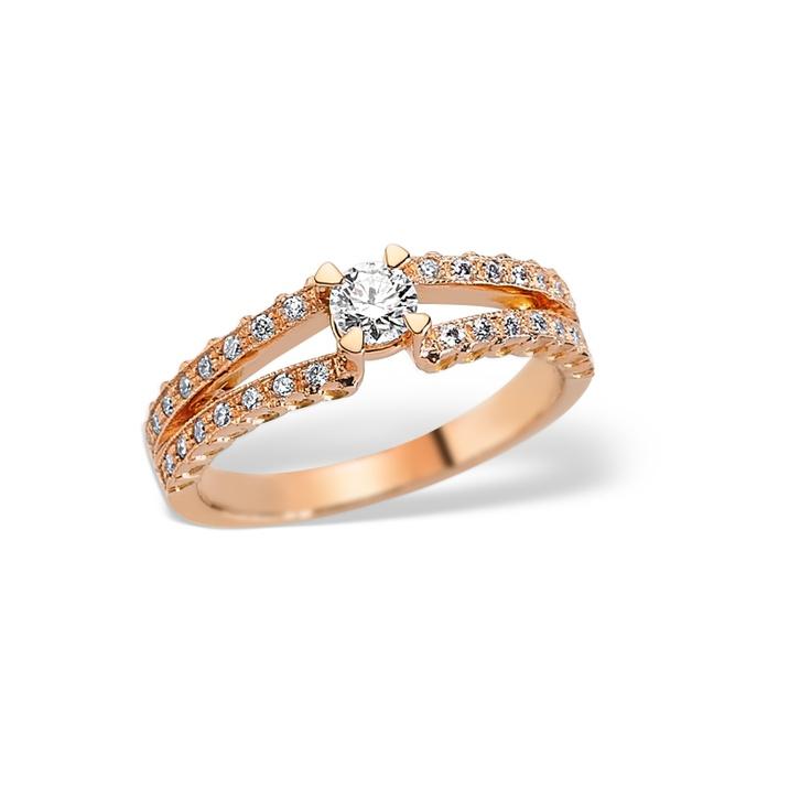 Inelul de logodna LRY151 din aur roz este in tendintele anului 2013 in materie de bijuterii.  Acest model este deosebit si spectaculos prin modul in care in cele doua linii din aur roz au fost montate diamantele de diferite marimi, unindu-se pentru a sustine si potenta frumusetea diamantului central.   http://www.bijuteriilarosa.ro/lry151-pink