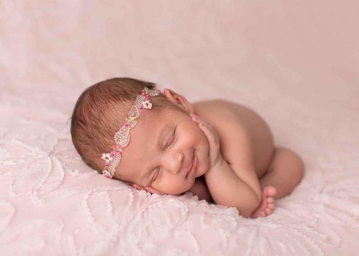 Il simbolo dell'innocenza: sono i sorrisi dei bambini appena nati. A cogliere la bellezza dei bebè, in Inghilterra, il fotografo Sandi Ford con un progetto artistico studiato in occasione della festa della mamma e dell'ingresso, ormai imminente, dellla primavera. Le foto evidenziano come i ne