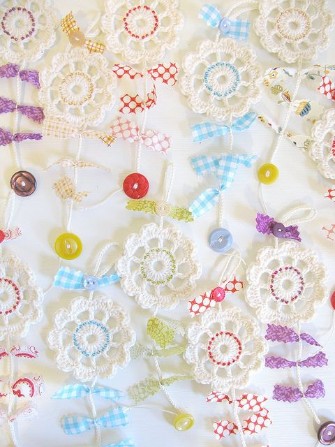sweet crocheted flower garlands...: Crochet Flowers, Crocheted Garland, Craft, Crocheted Flowers, Flower Garlands, Crocheted Flower Doilies, Flower Doilies Garland