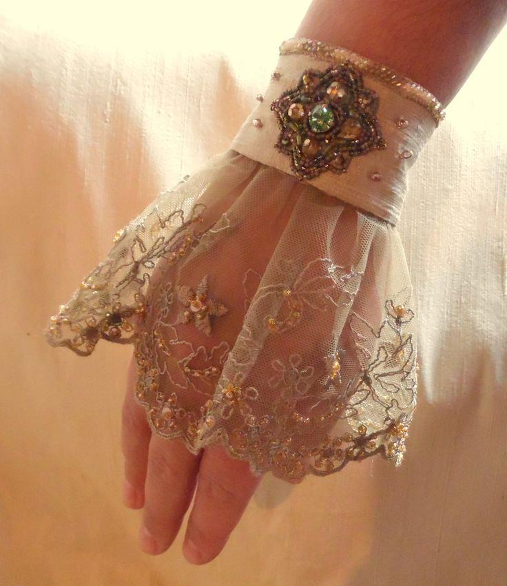 Défi de novembre: Manchette baroque, en soie dorée, dentelle brodée et ornée d'un bijou en perles swarovski et miyuki : Bracelet par adele-dechartre