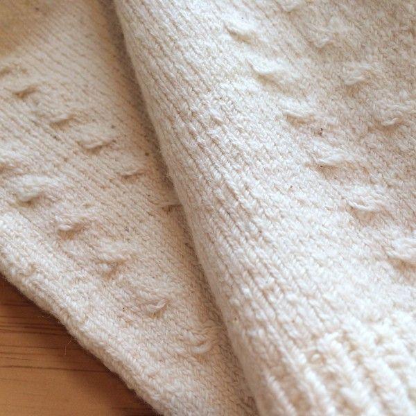 【あしごろも】オーバーパンツ 手紡ぎオーガニックコットン 自然栽培綿 3,240円▼サイズM▼素材綿86%・ナイロン13%・ポリウレタン1%▼タイプ生成 白 無地▼商品説明「 おへそからお尻全体をすっぽり包みこむ、1枚でも十分なあたたかさ 」あまりに小さく見えるので、 ほとんどのお客様は「 これ本当に大人用なの?」と感じると思います。 履く前は「 毛糸のパンツ 」そのものに見えますが、履くと薄地に大変身!この伸縮性が、このオーバーパンツの特徴。アウターにひびきにくくフィット感はありますが、締め付けがきついわけではありません。おへそからお尻全体をすっぽり包みこみ、寒い時期のお出かけにもお役立ちのパンツ。1枚でも十分なあたたかさです。夏の冷房対策にもばっちり!季節問わず使えるパンツです。▼通販サイト ホトホトあしごろも 手紡ぎ オーバーパンツ白 無地はホトホトへ!下半身の冷え、腰痛、末端冷え性、女性特有の悩みを改善!オーガニック関連タオルや腹巻パンツ、布ナプキン、ワンピースをご紹介!他にもベビー用お口拭きタオルやマタニティウェア、婦人・紳士向けの暖か商品をご紹介しております。