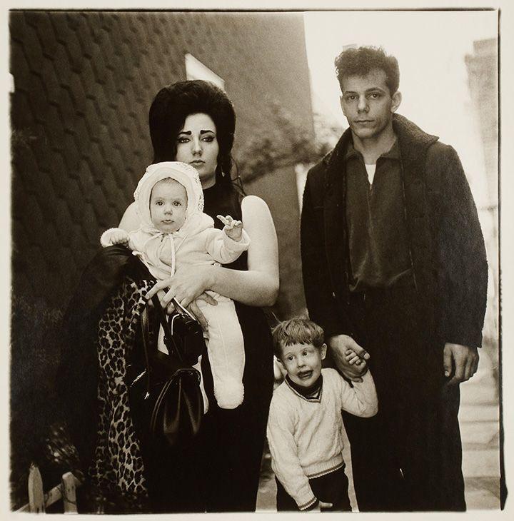 Диана Арбус. Молодая семья на воскресной прогулке. США, 1966