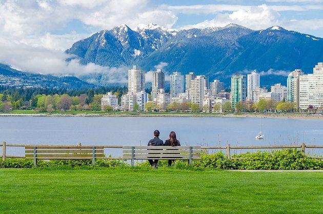 La play - CANADA La línea de la playa de arena de la play define el tranquilo, amante de la diversión del estilo de vida de Vancouver. Es un lugar gente pasar el rato con los amigos o disfrutar de un baño en el agua de mar climatizada al aire libre piscina , y los visitantes vienen a admirar el contexto de la montaña. Vistas desde la play al centro de la ciudad son maravillosos. Además de la playa y frente al mar, la zona cuenta con una serie de cafés y senderos para caminar, y una tira…