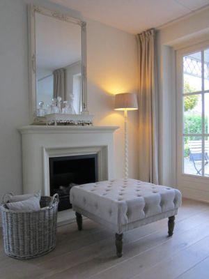 Modern Klassieke wit zandstenen #schouw met kalkwitte spiegel erboven