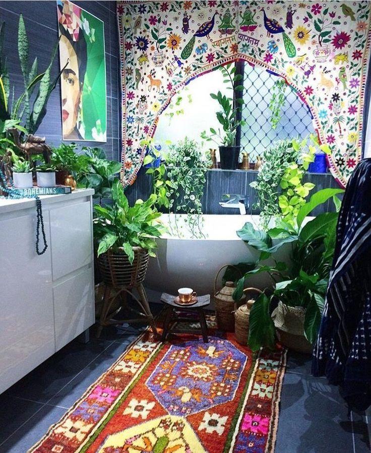 buntes ethno badezimmer voller farben mustern und pflanzen badewanne im dschungel f r. Black Bedroom Furniture Sets. Home Design Ideas