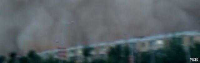 Spectaculaire zandstorm: West-China getroffen door 100 meter hoge muren van zand - http://www.ninefornews.nl/spectaculaire-zandstorm-west-china-getroffen-door-100-meter-hoge-muren-van-zand/