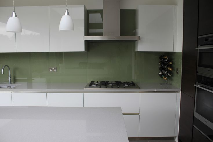 Green glass splashbacks with silestone aluminio nube - Silestone aluminio nube ...
